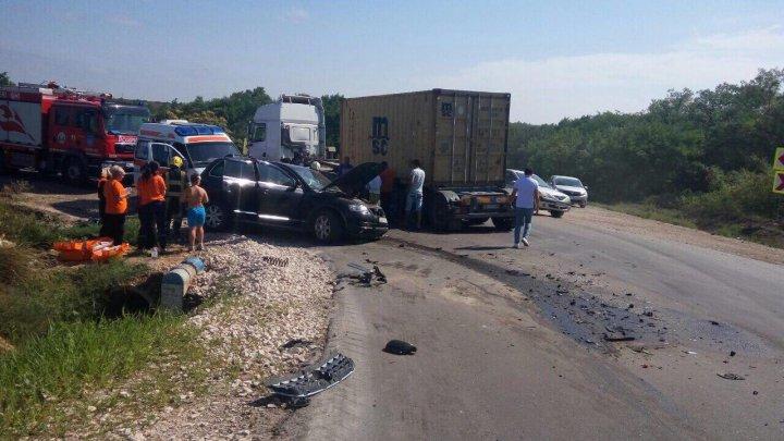 Accident grav în satul Troiţa Nouă. Un automobil în care se aflau 3 copii minori, făcut zob (FOTO)