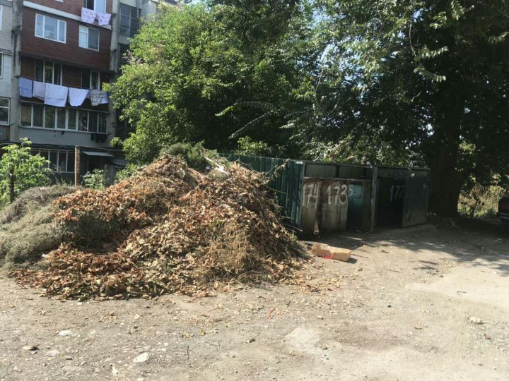 Tomberoane goale şi mormane de gunoi alături. Ce spun locuitorii oraşului Rîşcani (FOTO)
