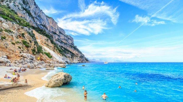 Doi turiști riscă 6 ani de închisoare, pentru că au furat 40 de kilograme de nisip în Sardinia
