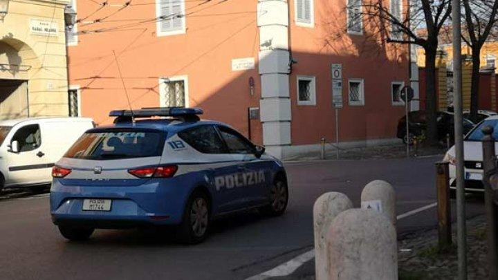 Un român din Italia a înnebunit când și-a văzut fosta iubită și a intrat cu mașina într-o terasă