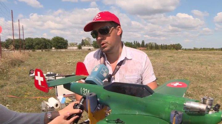 SPECTACOL PE CER: Peste 25 de avioane în miniatură, aduse la un concurs aviatic