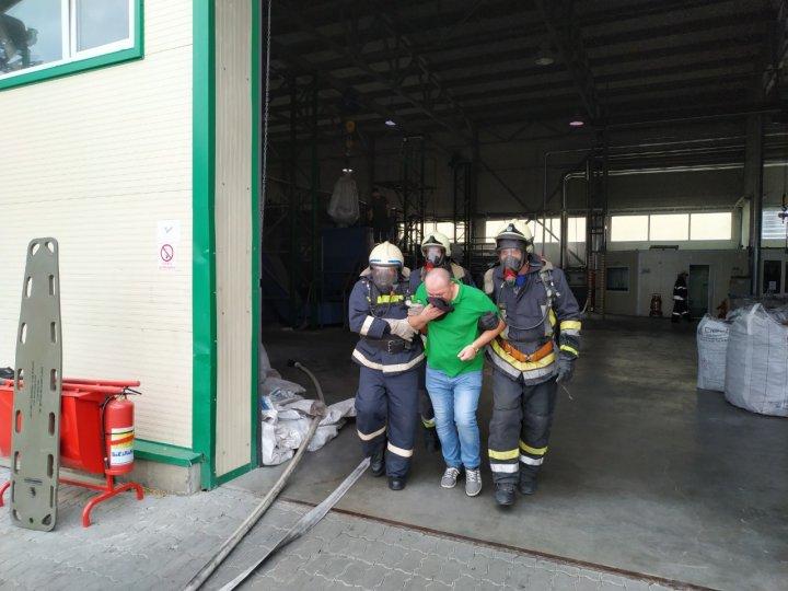 INCENDIU la o fabrică din Edineț. Două echipaje de slavatori, la faţa locului (FOTO)