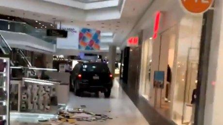 CA ÎN FILME! Un tânăr a intrat cu maşina într-un mall şi A DISTRUS tot ce-i statea în cale. Sunt răniţi (VIDEO)