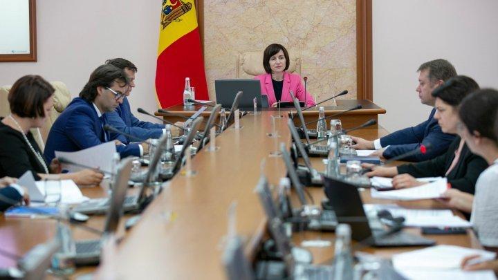 Din Canada, la Guvern. Un secretar de stat a fost numit în funcţie, în timp ce zbura cu avionul spre Chişinău