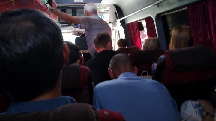 Ca într-o cutie de chibrituri. Cum sunt transportați oamenii cu microbuzul de rută Chişinău-Ştefan Vodă (FOTO)