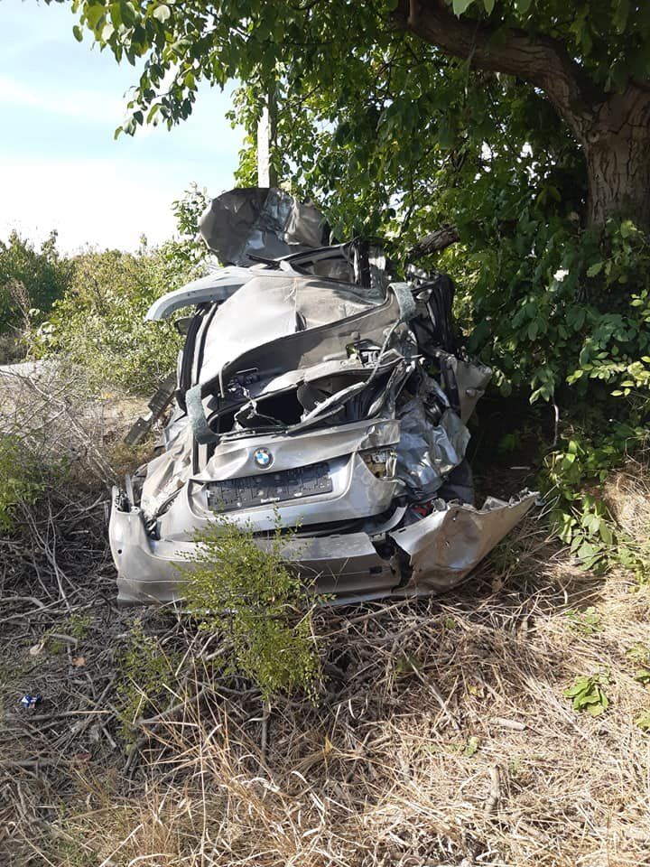 Accident la Trușeni. O mașină, transformată într-un morman de fiare. Două persoane, la spital