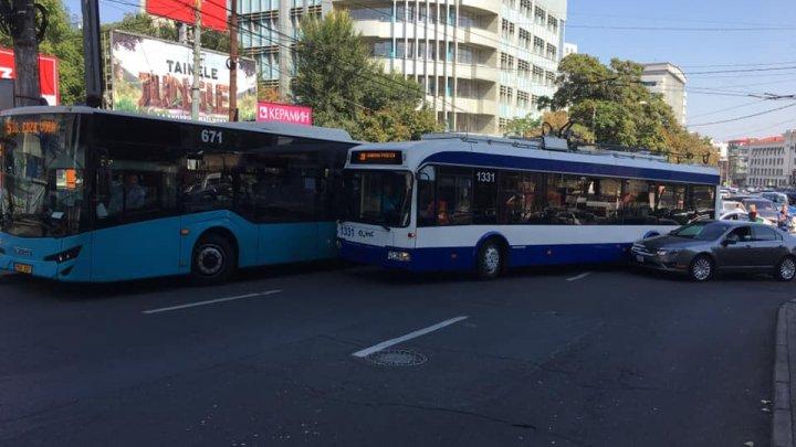 Accident în lanţ în Capitală. Un autobuz de linie, un troleibuz şi un automobil s-au tamponat pe strada Mitropolit G. Bănulescu - Bodoni