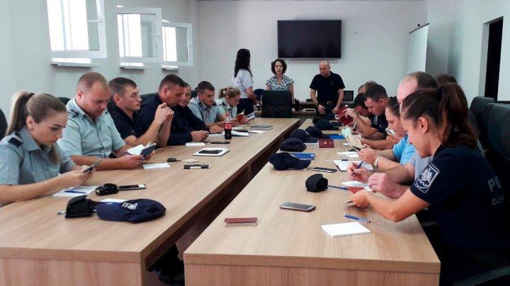 Training pentru polițiștii de frontieră. Oamenii legii, instruiţi în analiza documentelor de călătorie falsificate
