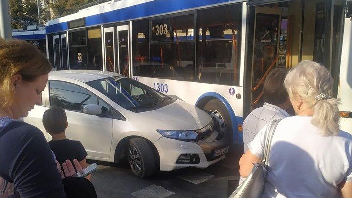 Accident în centrul Capitalei: Un automobil s-a ciocnit cu un troleibuz (FOTO)