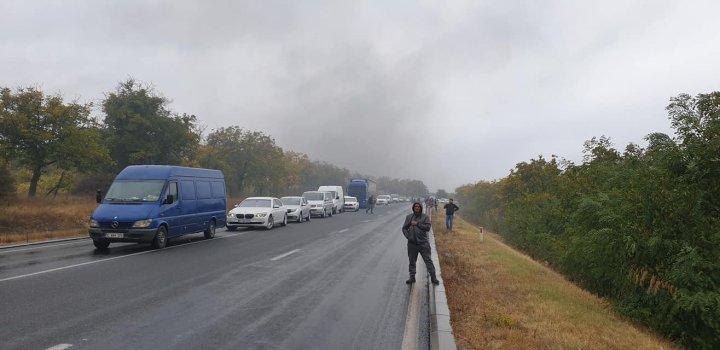 O maşină a luat foc pe traseul Hînceşti-Chişinău. În zonă s-a format ambuteiaj (FOTO/VIDEO)