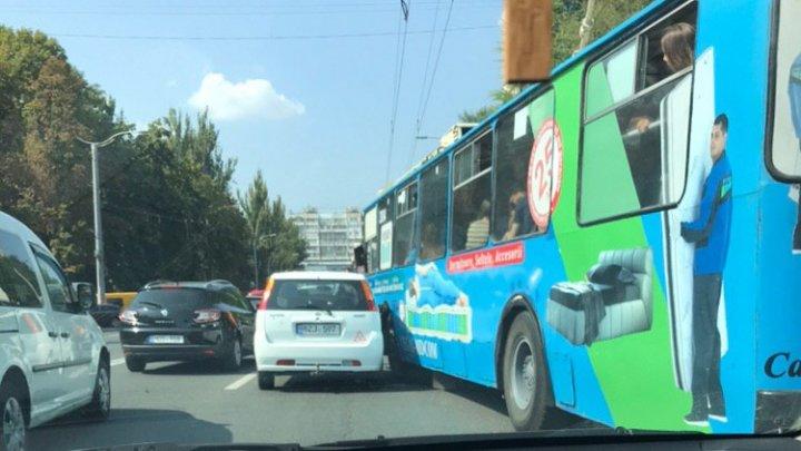 Accident violent în Capitală. Un troleibuz plin cu pasageri s-a lovit cu o maşină (FOTO)