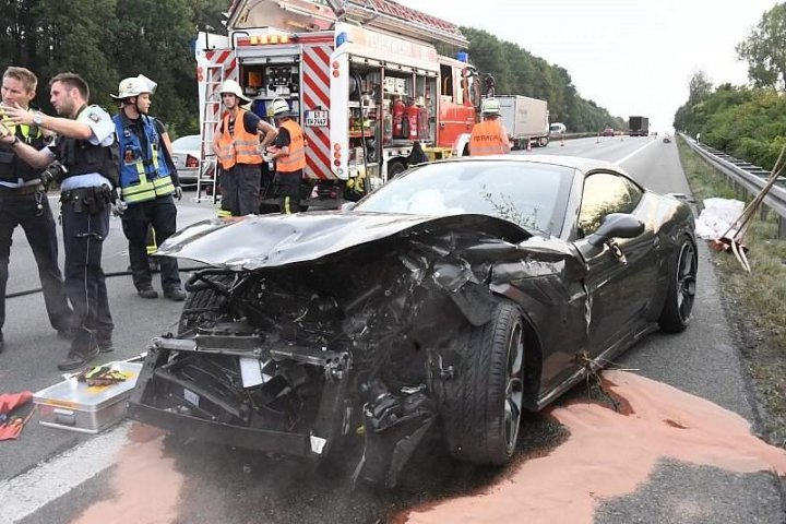ACCIDENT cu pagube de SUTE DE MII DE EURO, după ce un Ferrari a răsturnat un camion (FOTO)