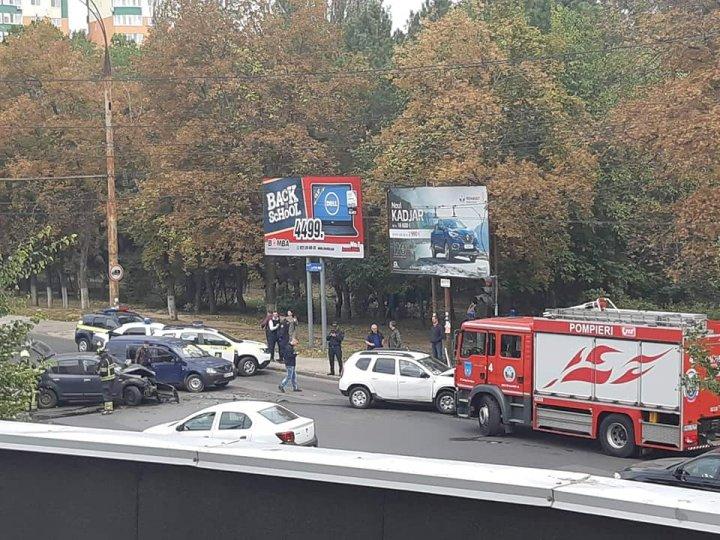 ACCIDENT GRAV în sectorul Botanica al Capitalei. Poliţia, ambulanţa şi pompierii, la faţa locului (FOTO)