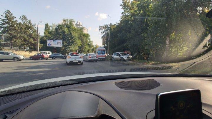 ACCIDENT GRAV în sectorul Botanica. Două maşini s-au lovit violent. Ambulanţa, la faţa locului (FOTO)