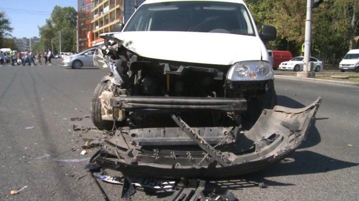 ŞOFER ÎN COMĂ ALCOOLICĂ: Un tânăr a urcat beat la volan fără permis şi a mers la roşu