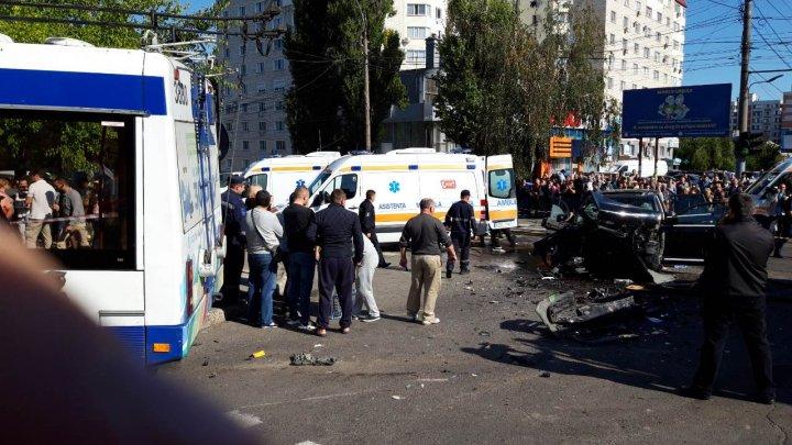 FILMUL ACCIDENTULUI din Capitală. Cum a ajuns maşina în troleibuz, ce spun martorii şi rudele victimelor