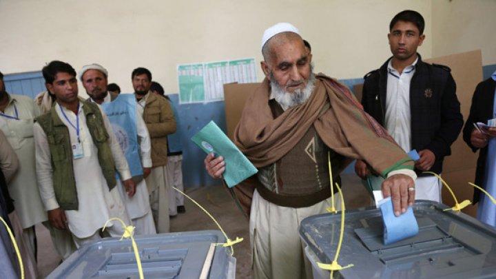 Alegeri prezidenţiale în Afganistan. Zeci de mii de forţe afgane, mobilizate pentru a proteja alegătorii de atacurile talibanilor