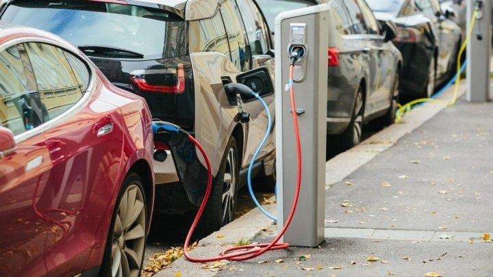 SUA: Producătorii de automobile, obligaţi să-și doteze mașinile electrice și hibride cu sunete de motor artificiale