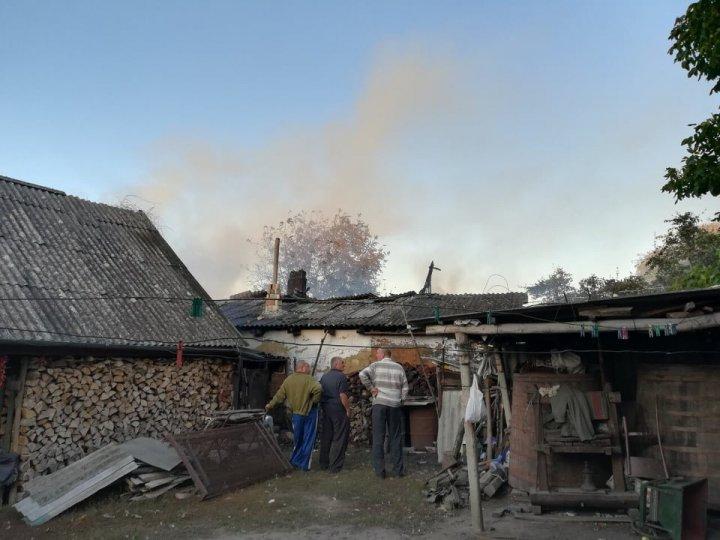 INCENDIU la Sadova. O casă a fost cuprinsă de flăcări uriaşe (FOTO)