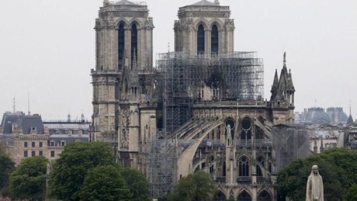 O tapiserie gigantică din catedrala Notre Dame, salvată cu ajutorul unui tunel de vânt