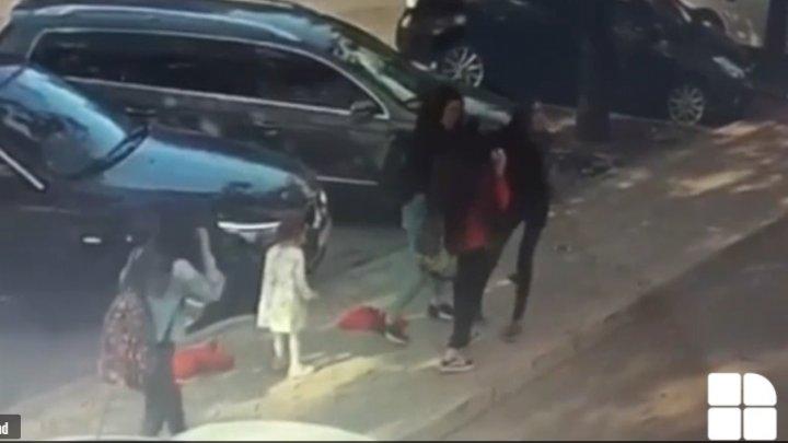 DETALII în cazul femeii care a fost BĂTUTĂ pe o stradă din Capitală. E DRAMATIC ce i se poate întâmpla fiicei sale, martoră la scena oribilă