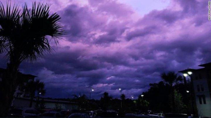 Imagini surprinzătoare în Florida. Cerul s-a transformat într-o mare de nuanţe violet după trecerea uraganului Dorian