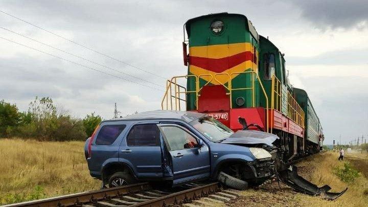 Impact violent pe cale ferată. Un bărbat a decedat, după ce mașina pe care o conducea s-a tamponat cu un tren de pe cursa Ungheni – Bălţi