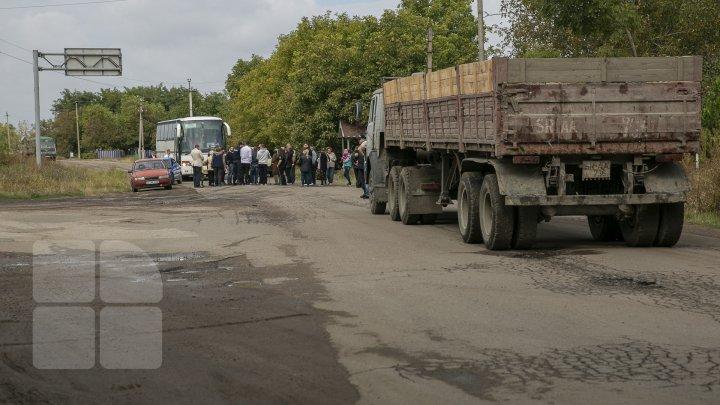 Localnicii din Grigorăuca, sătui de promisiuni deșarte. Aceștia au blocat drumul în semn de protest (FOTOREPORT)