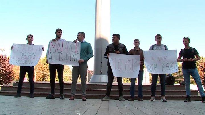 Protest în faţa Guvernului. Câţiva tineri i-au cerut premierului Maia Sandu să aibă demnitate