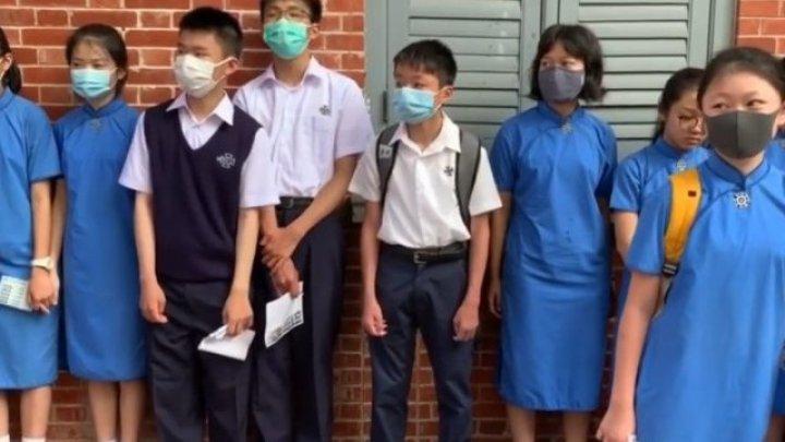 Sute de şcolari din Hong Kong au format lanţuri umane în sprijinul protestatarilor