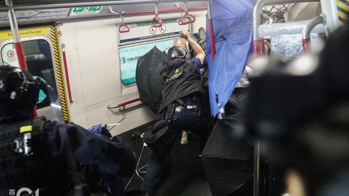 Scene terifiante la Hong Kong. Poliţiştii au intervenit în forţă asupra unui grup de manifestanţi, într-o staţie de metrou