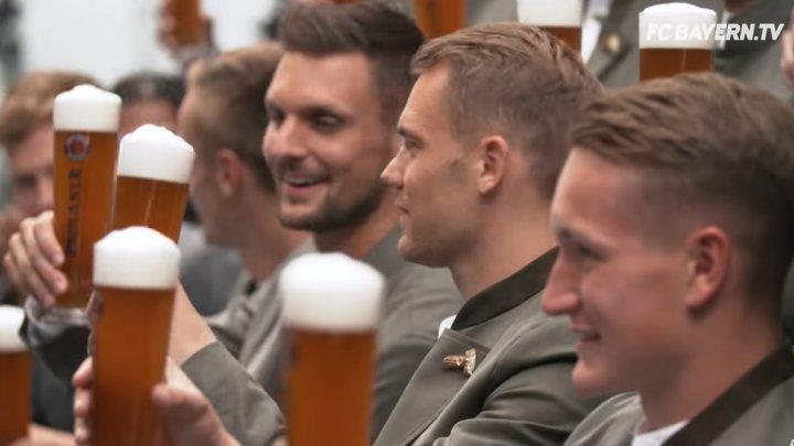 ŞEDINŢĂ FOTO ÎN STIL BAVAREZ. Fotbaliştii lui Bayern au pozat cu halba de bere în mână