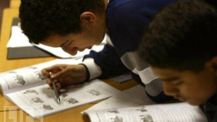 SONDAJ: Britanicii consideră că manualele şcolare vor deveni perimate până în 2025