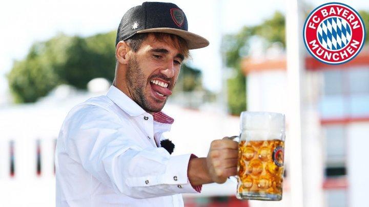 Distracţie la Oktoberfest. Fotbaliştii echipei Bayern Munchen şi-au testat abilităţile cu halba de bere în mână