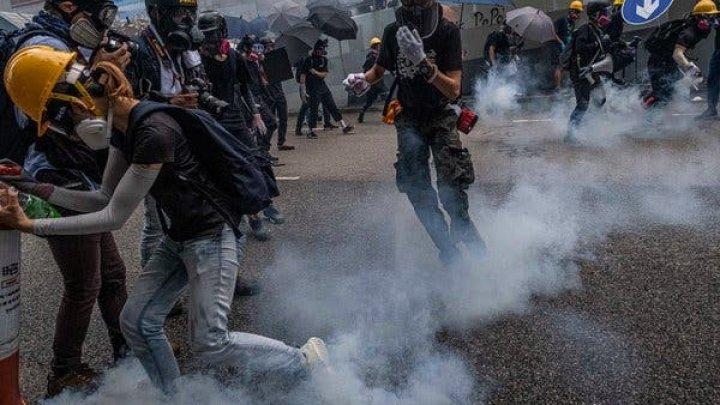 Hong Kong: Zeci de mii de oameni au protestat pentru al 15-lea weekend la rând