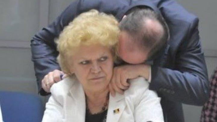 Candidatul Valeriu Munteanu ÎL ACUZĂ pe contracandidatul Ion Ceban că îşi promovează mama în CMC