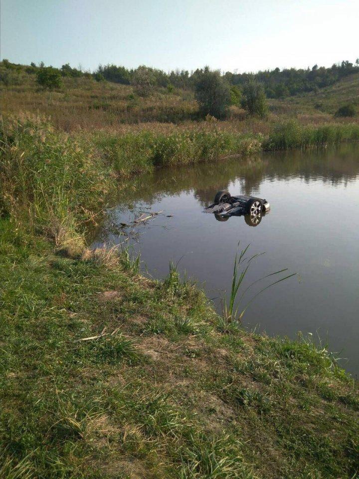 Tragedie la Ocnița: O maşină s-a scufundat într-un iaz. Două persoane au murit