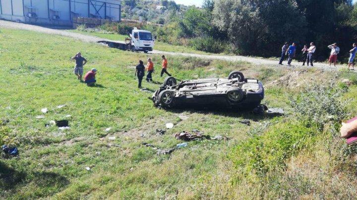 Accident GRAV la Strășeni. Un tânăr de 18 ani a murit, după ce mașina în care se afla s-a răsturnat (FOTO)
