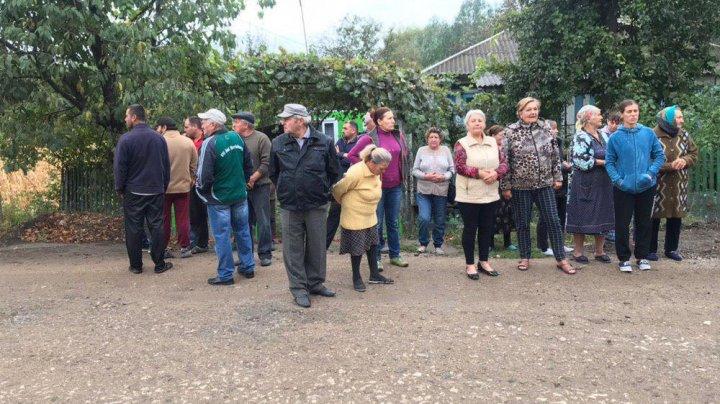 La protest, cu scaunul. Localnicii din Grigorăuca au blocat drumul care leagă Soroca de Otaci (FOTO/VIDEO)