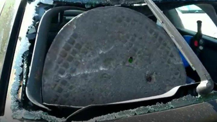 Accident spectaculos în România. Un şofer s-a pomenit cu capacul unui canal în portbagajul mașinii