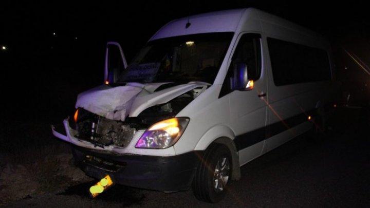 Impact fatal la ieșirea din satul Pârliţa. O femeie a fost lovită de un microbuz de pe ruta Chișinău-Ungheni