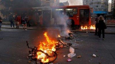 Stare de urgenţă în Santiago! Orașul este marcat de proteste violente, incendii uriașe și jafuri