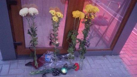 Doliu, flori şi lumânări la Căuşeni, în memoria victimelor tragicului accident, care a luat viaţa a trei tineri (FOTO)
