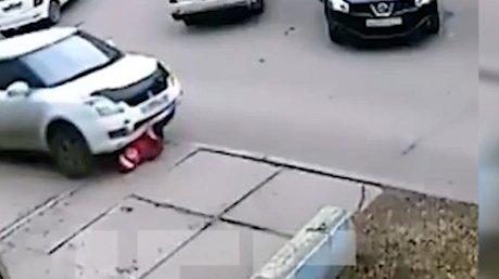 MOMENTUL în care o femeie este CĂLCATĂ de o maşină chiar în curtea unui bloc de locuit (IMAGINI ŞOCANTE)