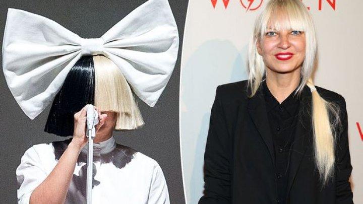 Cântăreața Sia a dezvăluit că suferă de o boală neurologică gravă care îi produce dureri uriașe