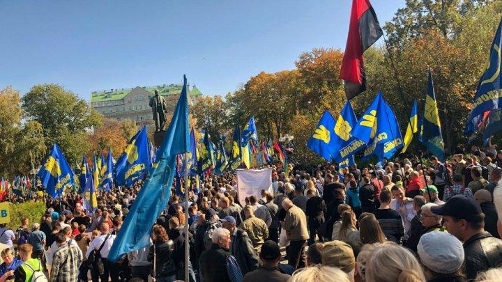 """""""Să apărăm pământul ucrainean!"""" Mii de oameni participă la un marş naţionalist, la Kiev"""