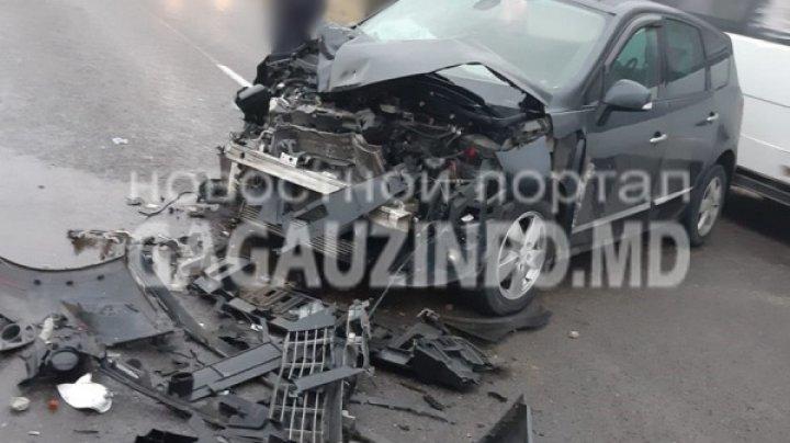 Accident violent în satul Congaz. Un automobil s-a ciocnit cu un tractor (FOTO)