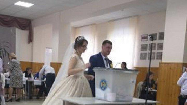 #ALEGEPUBLIKA. Mai întâi votăm, apoi ne căsătorim. Doi tineri din Comrat, surprinşi la secţia de votare (FOTO)