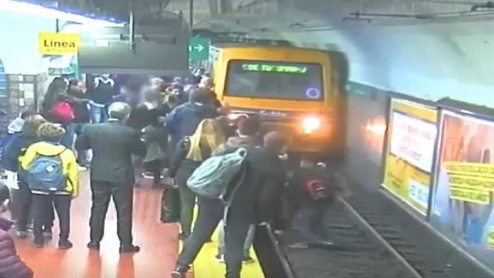 Imagini şocante! Momentul în care o femeie este salvată de la moarte, după ce un bărbat a leșinat și a împins-o în faţa unui tren (VIDEO)