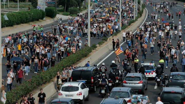 Protestele din Barcelona se amplifică: Poliţia a folosit bastoane pentru a dispersa oamenii care s-au adunat la aeroport (VIDEO)